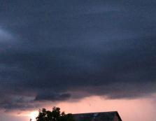 Апокаліптичне небо з блискавками: Виноградів накрило грозовим фронтом (ВІДЕО)