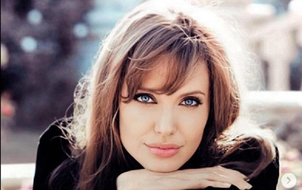 Актриса Анджеліна Джолі похвалилася розкішним бюстом. Знімок вийшов дуже сексапільним.