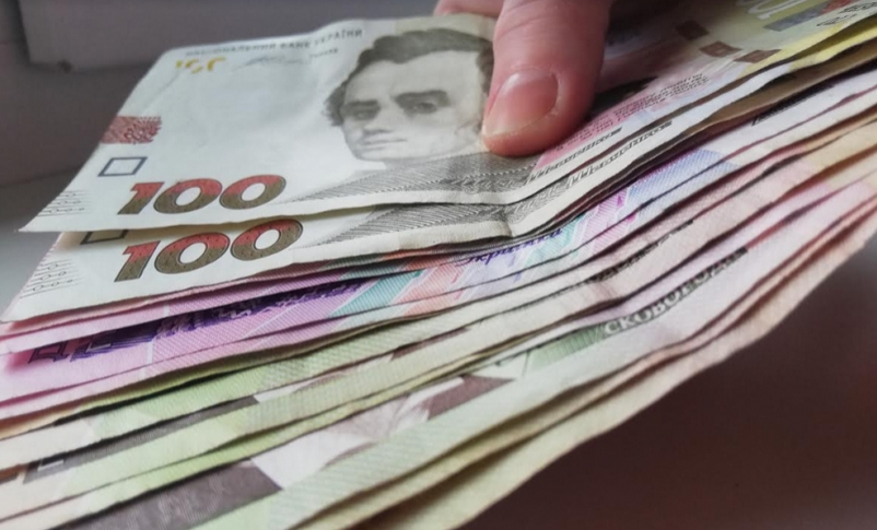 Поки долар продовжує падати, НБУ підвищив довідкове значення офіційного курсу гривні, що відповідає середньозваженому курсу угод, що встановлюється ним на 12 травня, на 1,43% до 26,8140 UAH/USD.