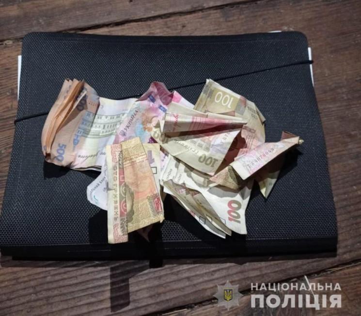 До Рахівського районного відділу поліції надійшло повідомлення про крадіжку грошей з крамниці.