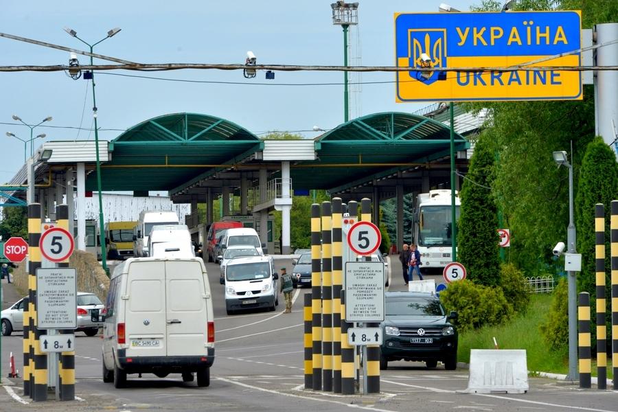 На пунктах пропуска Закарпатья и Львовской области стоят очереди.