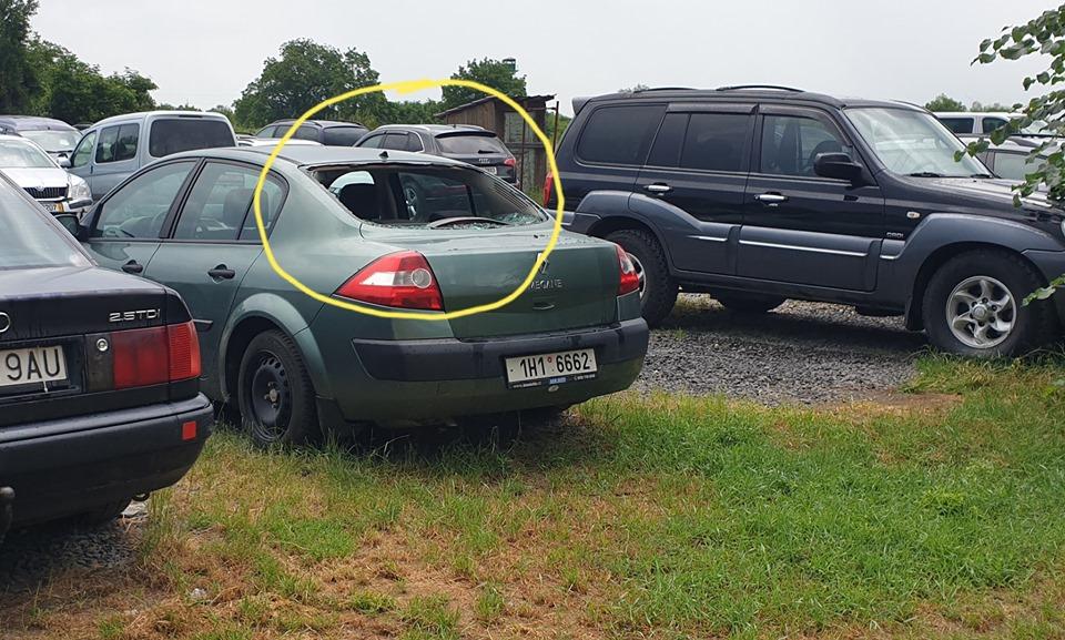 На парковці в словацькому селі Селменце натрапили на автомобілі з розбитими вікнами.