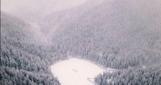 Найвисокогірніше озеро в полоні зими.