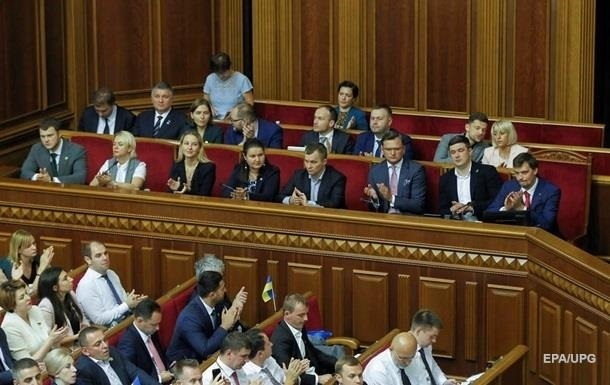 Найвища зарплата виявилася у міністра внутрішніх справ Арсена Авакова - в середньому понад 100 тисяч гривень на місяць.