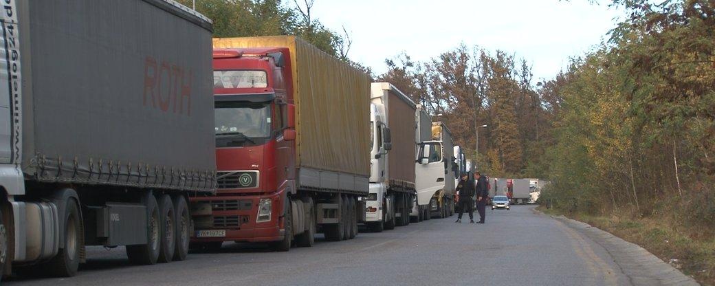 Понад 300 вантажівок о 17:30 стояли у черзі біля КПП