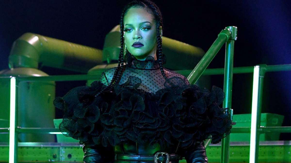 Співачка Ріанна анонсувала третій віртуальний показ колекції білизни SAVAGE X FENTY. Красуня розбурхала уяву шанувальників новим відео.