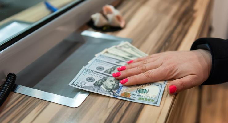 На міжбанку долар у продажу піднявся на 10 копійок - до 27,30 гривень за долар. Курс у покупці підскочив також на 10 копійок - до 27,28 гривень за долар.