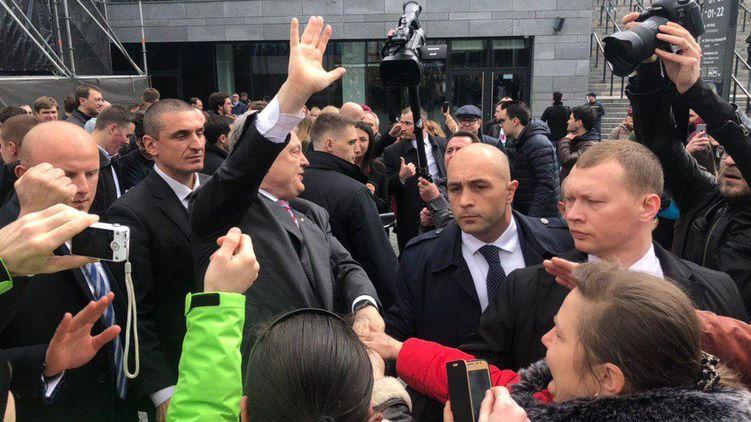 Сьогодні Петро Порошенко прибув на київський стадіон, щоб провести дебати з Володимиром Зеленським. Який вже давно заявив, що 14 квітня на НСК