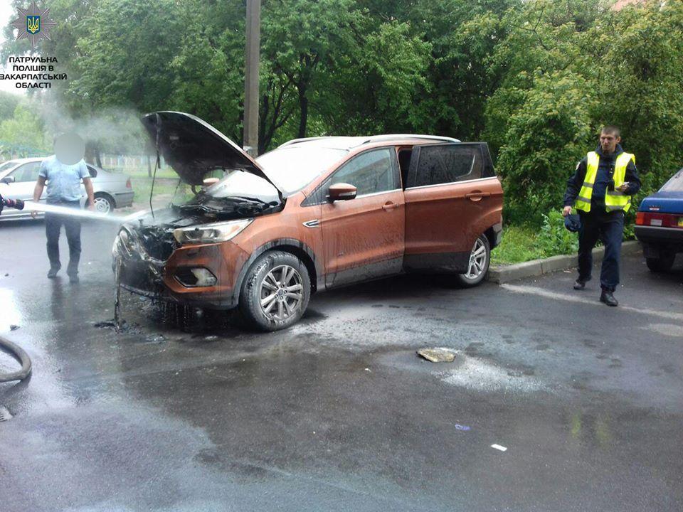 В Мукачеві невідомий підпалив позашляховик і втік (ФОТО)