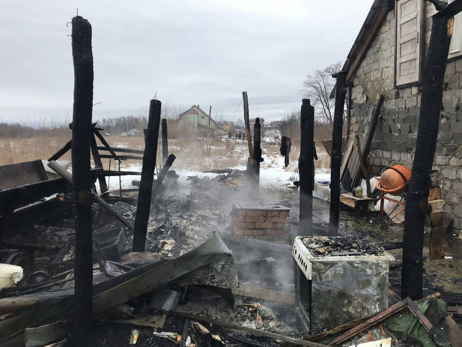 Допоки 39-річний мешканець с. Широке спав у будинку, у його дерев'яній надвірній споруді виникла пожежа.