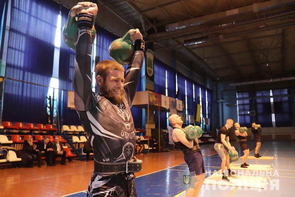 У спорткомплексі «Юність» в Ужгороді відбулися змагання з гирьового спорту серед збірних команд поліції Закарпаття. Участь у них взяли найсильніші спортсмени-правоохоронці.