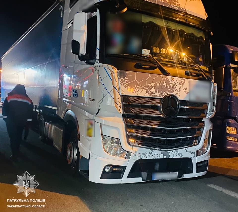 П'яна нічна ДТП на Закарпатті: Водій вантажівки Mercedes зіткнувся із автомобілем Volvo, не зупинившись, залишив місце ДТП (ФОТО)