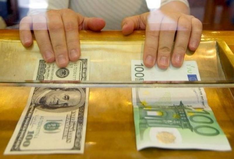 На міжбанку курс долара в продажу знизився на одну копійку - до 26,38 грн / долар, курс у покупці - 26,35 гривні за долар.