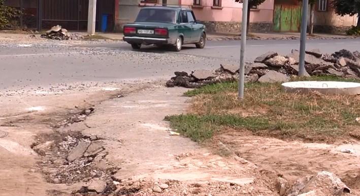Берегівську об'їзну у Мукачеві нарешті ремонтують.