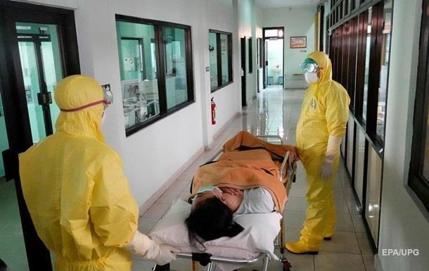 Лікарі та медсестри в Китаї зараз відчувають гостру нестачу захисних халатів, рукавичок і масок.