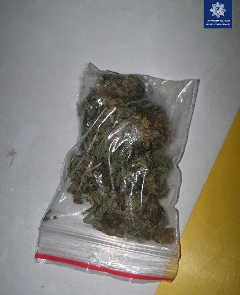 За минулу добу патрульні виявили, ймовірно, наркотичні речовини.