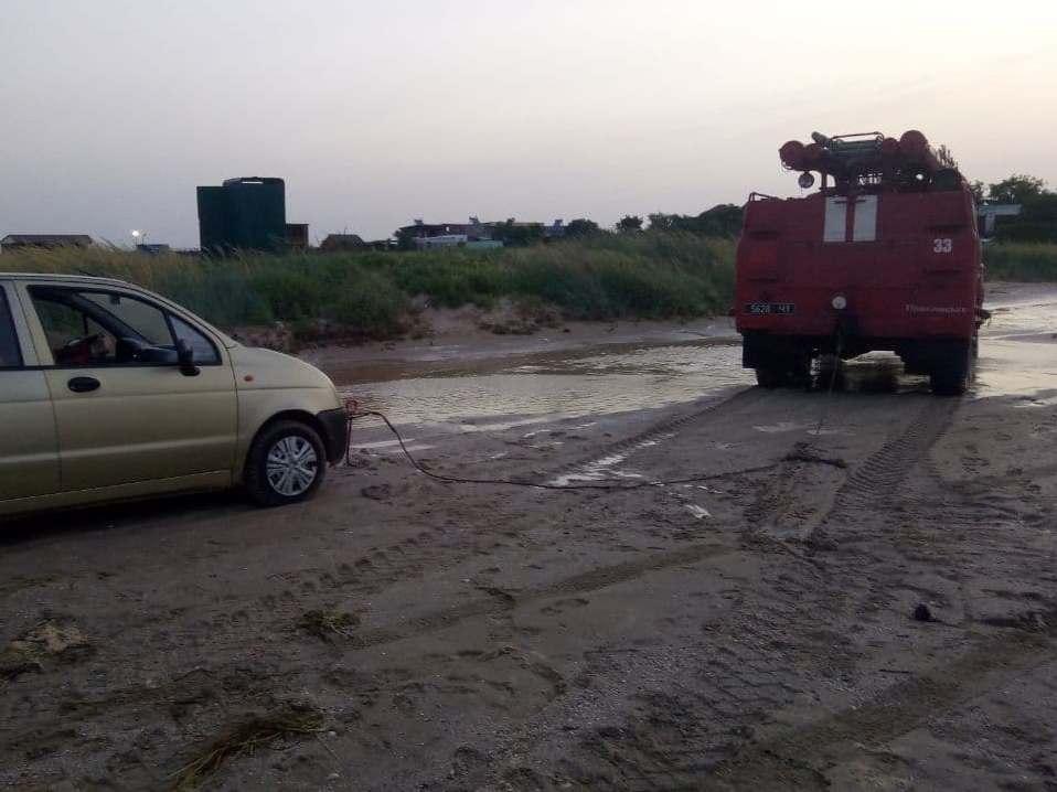 З пляжу Азовського моря витягли 20 авто, які загрузли у піску через підняття рівня води.
