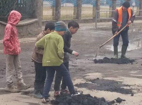 На Міжгірщині школярі самі латають дороги – соцмережі