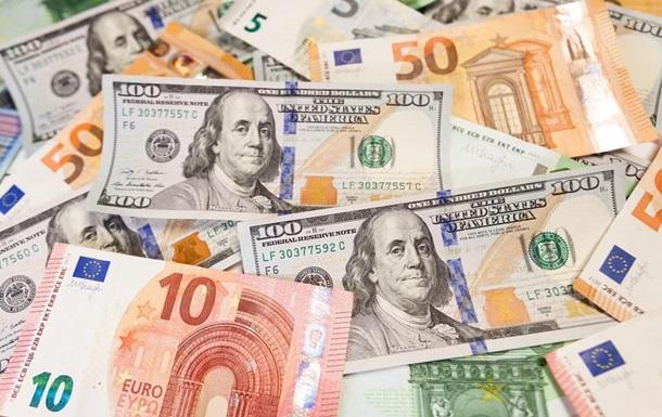 Курс американської валюти впав на 12 копійок - до 28,06 гривні, а євро подорожчав на шість копійок.