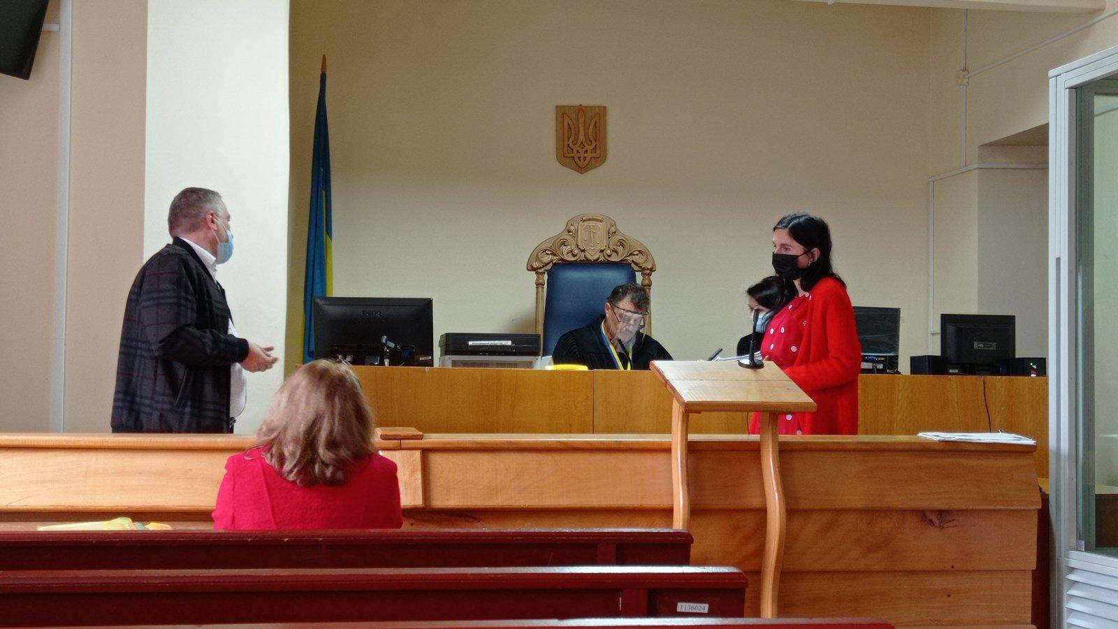 Міжгірський районний суд продовжує розгляд кримінальної справи щодо шахрайства у філії «Ощадбанку» на Закарпатті.