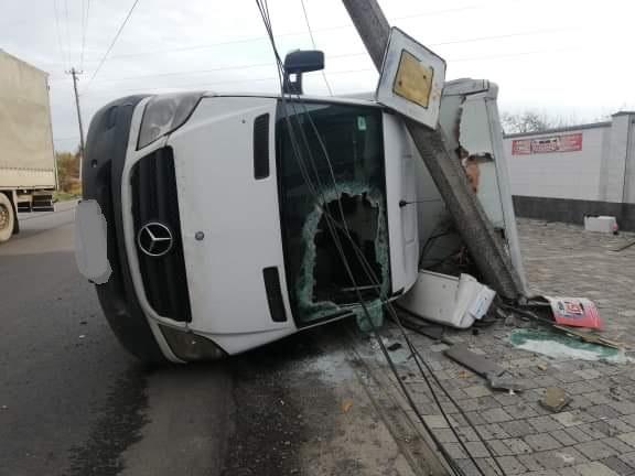 """Учора, 14 листопада, в Мукачеві на вулиці Пряшівській трапилася ДТП — перевернулася вантажівка марки """"Mercedes Benz"""". На щастя обійшлося без постраждалих."""