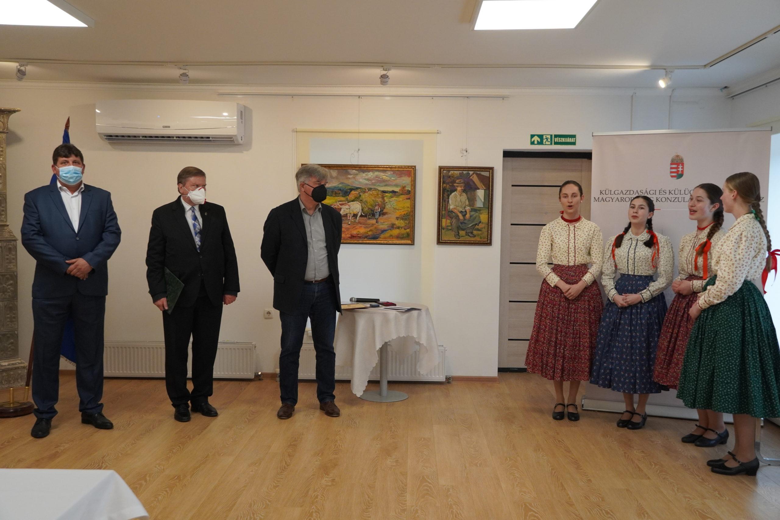 Виставка картин знаного закарпатського художника Міклоша Гарангозо відкрилася у приміщенні Генерального консульства Угорщини у місті Берегово 18 травня.