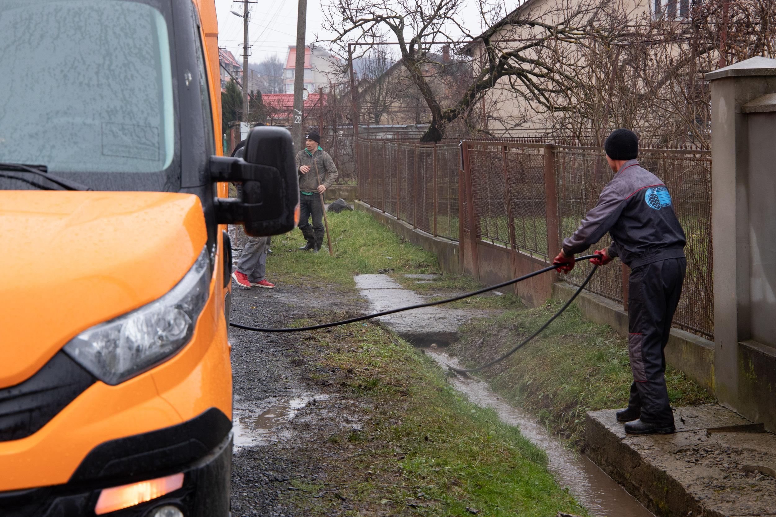 Департамент міського господарства звертається до ужгородців із проханням здійснювати своєчасне очищення задля попередження підтоплення ділянок від паводкових вод.