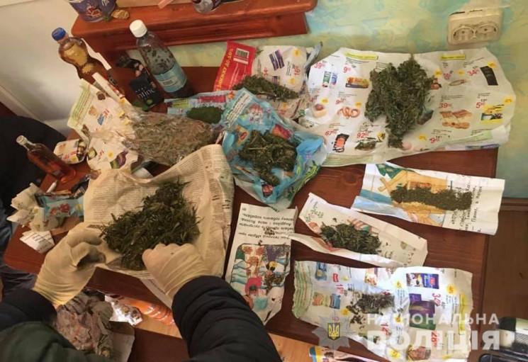 У підсобному приміщенні та на подвір'ї жителя села Оноківці поліцейські виявили партію наркотика марихуани. Загальна вага вилученого склала понад три з половиною кілограми.