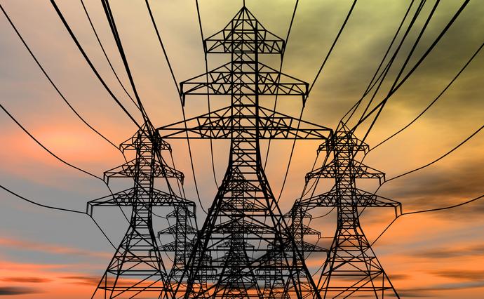 За місяць тарифи на електроенергію для 80% українців будуть знижені. За це у підсумку заплатять державні енергетичні компанії, бізнес, а також населення, через інфляцію.