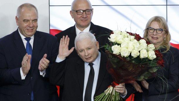Ярослав Качинський святкує перемогу на парламентських виборах у Польщі.
