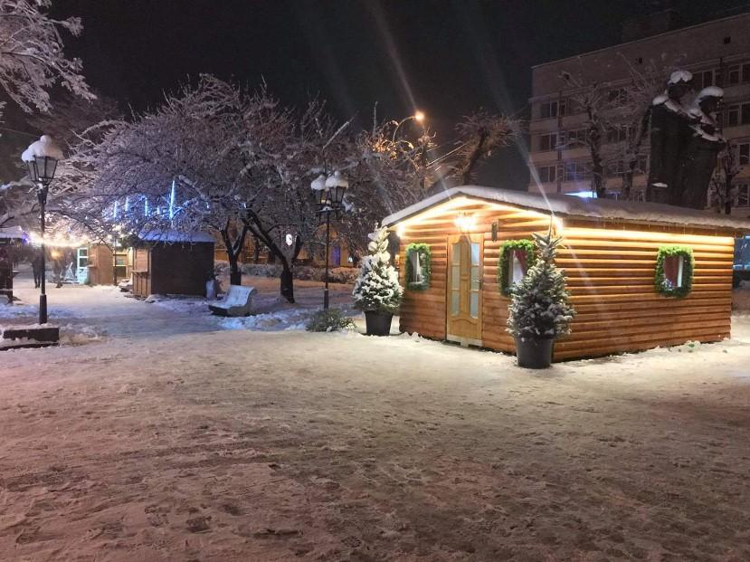 Ймовірно, дії місцевої влади пов'язані з ремонтом площі Миру. Але там також збираються встановити цьогорічну новорічну ялинку, тому навряд.