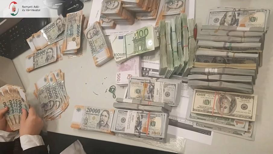 Вилучені безакцизні цигарки та готівка від їх реалізації у різній валюті, оцінюється у суму 1,125 мільярди форинтів.