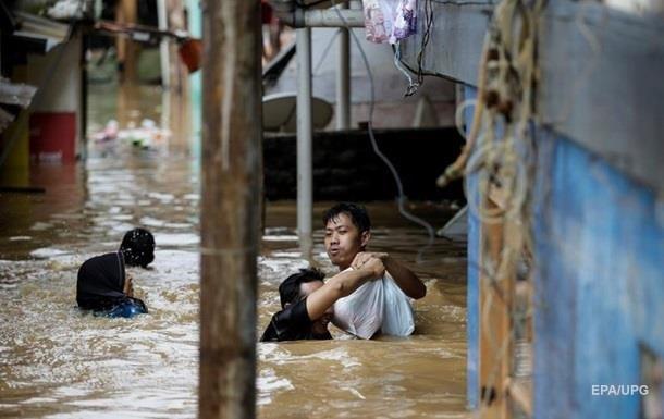 Внаслідок повені в Індонезії загинуло 63 людини