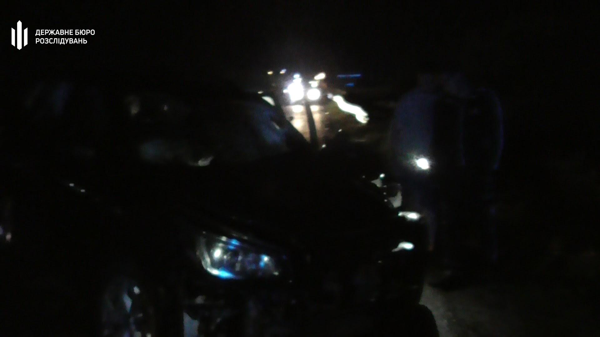 Поліцейський виїхав на зустрічну смугу для обгону іншого авто і зіткнувся з мотоциклом. Водій та пасажир мотоцикла померли на місці.