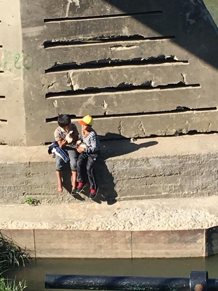 В Ужгороді під пішохідним мостом неповнолітні роми нюхають клей (ФОТО)