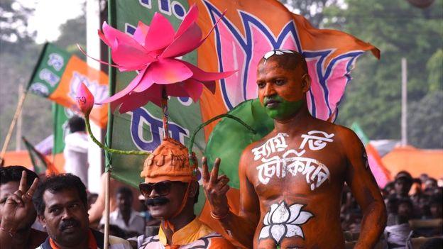 В Індії під час кожних виборів п'ять працівників виборчої дільниці у супроводі двох поліцейських їдуть до Гірського лісу, де повно левів, щоб дати можливість проголосувати одному виборцеві - пану Бхаратдасу Даршандасу.