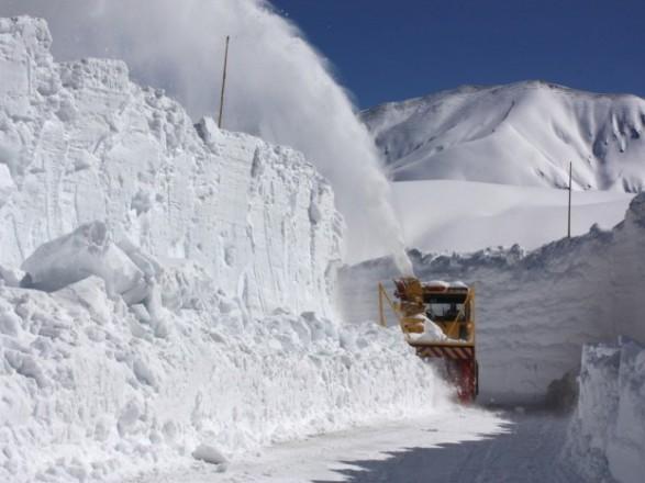 Автомобільна дорога Трансфагарашань в Румунії покрита 5-6 метровим шаром снігу.