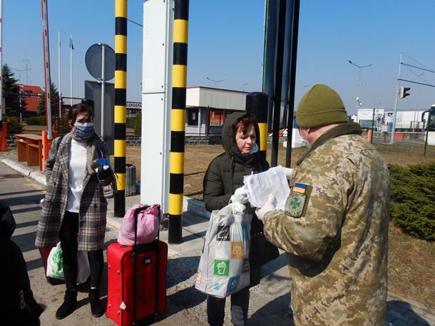 Пограничники пропустили за полдня больше граждан, чем за минувшие сутки. Много кто пришел до границы пешком.