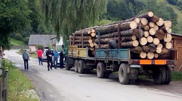 На Рахівщині затримали вантажівку з кругляком – соцмережі