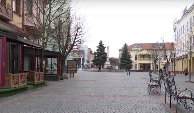 На вулицях Мукачева людей майже немає, чи то останні події вселили стурбованість у мукачівців, чи просто погода посприяла залишитись вдома.