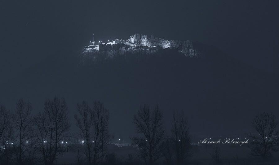 Фото, що зачаровує! Руїни Хустського замку вночі (ФОТО)