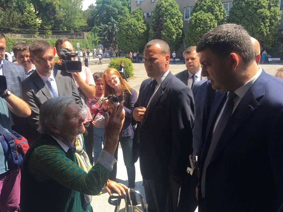 Ужгородська пенсіонерка попросила у Володимира Гройсмана 100 тисяч гривень на операцію