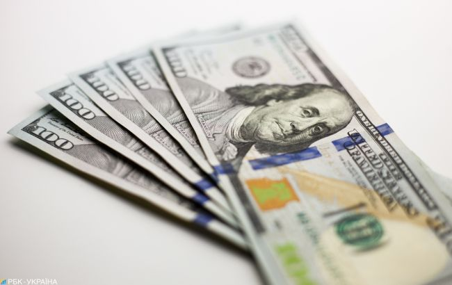 Долар коштує близько 24 гривень.