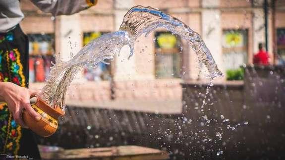 Це свято має давню історію і по вінця сповнене українським духом та звичаями. Здавна Поливаний понеділок вважали особливим днем, у який головний атрибут свята – вода, здатна здійснювати дива.