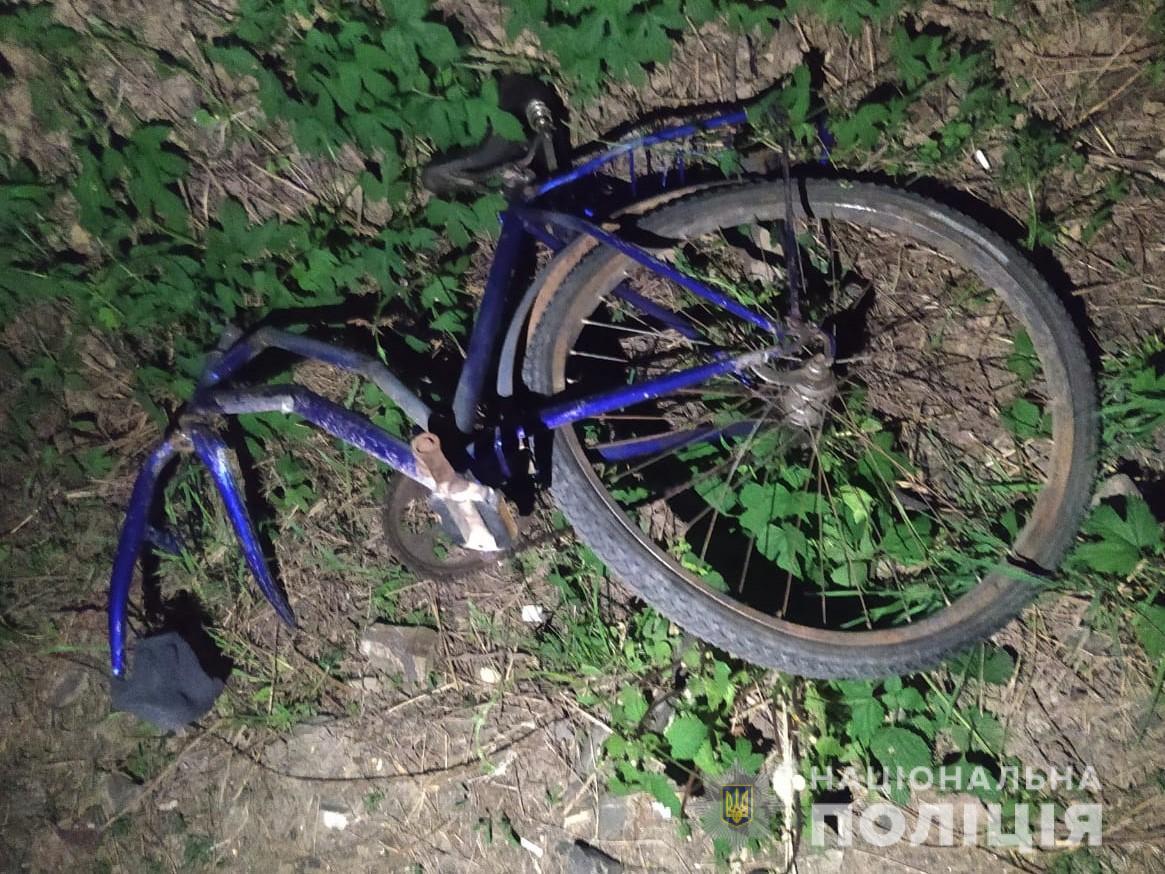 Поліцейські встановлюють обставини аварії, за участі автівки «Mercedes Vito» та велосипедиста. В ДТП постраждав 63-річний чоловік.