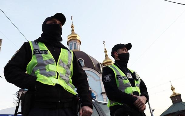 За порядком стежитимуть близько 21 тисячі правоохоронців, які заступлять на службу і будуть перебувати поблизу церков.