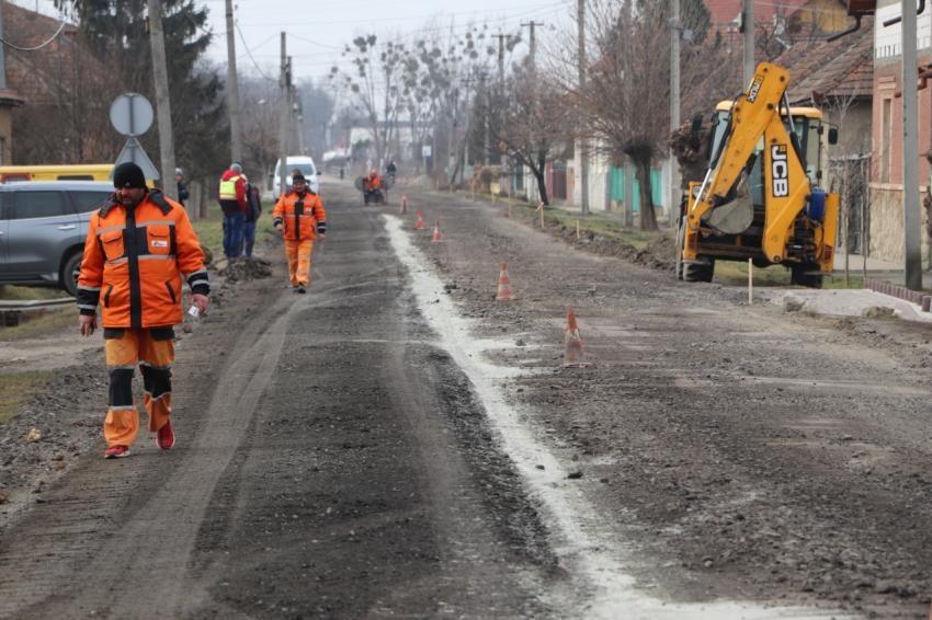 На дороге О-070102, которая не ремонтировалась более 30 лет, начались строительные работы.