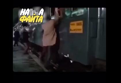 Смішну сценку з потягом представили в актуальній озвучці через карантин.
