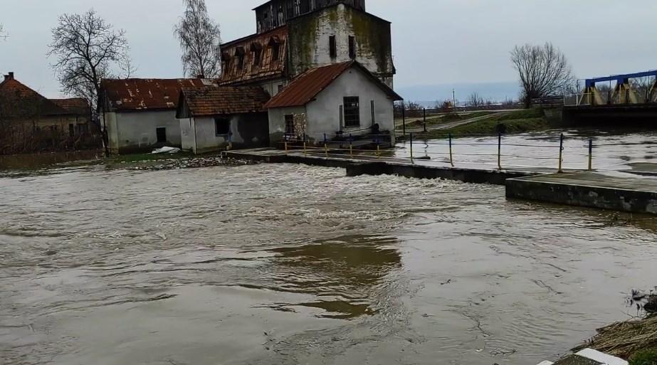 У Великих Ком'ятах є загроза підтоплення, адже річка Боржава уже вийшла із берегів та підтоплює автодорогу В.Ком'яти-Шаланки.