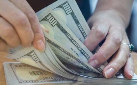 До закриття міжбанку американський долар в купівлі і в продажу не змінився.